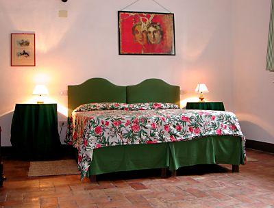 la camera matrimoniale dell'appartamento Frantoio in piazza a Saturnia in Toscana, a 1,5 km dalle Terme