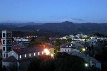 Il paese di Saturnia al tramonto, sullo sfondo il Monte Amiata